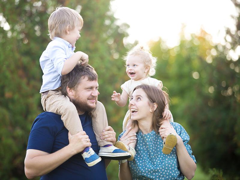 Famille heureuse avec de jeunes enfants, dans la nature.