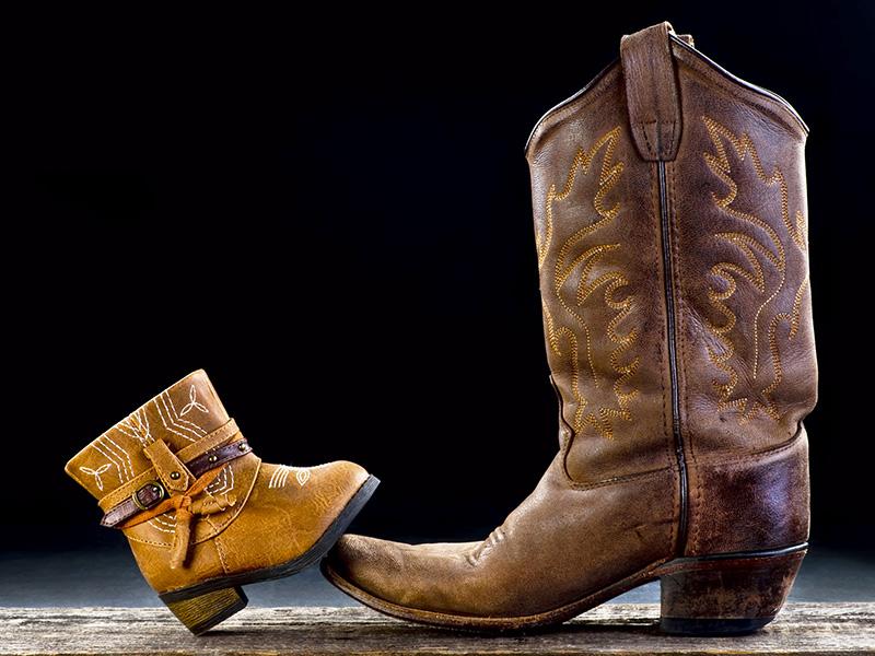 Petite et grande botte de cowboy.