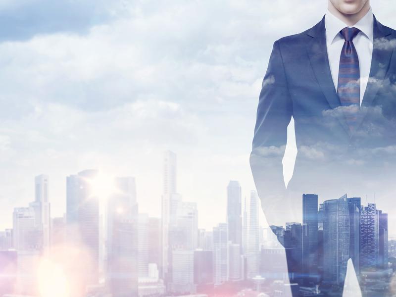 Silhouette d'homme d'affaires sur fond de métropole.