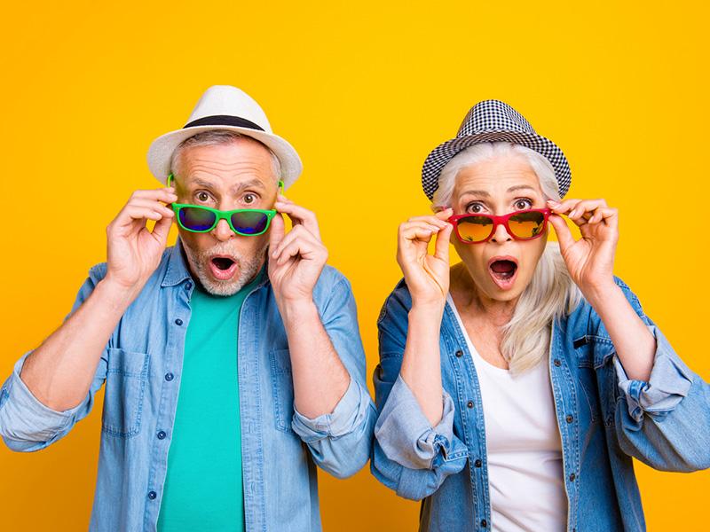 Couple de retraités surpris.