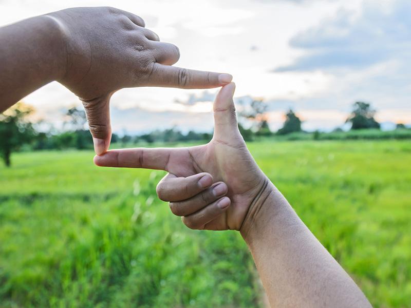 Cadrer un paysage avec ses doigts.