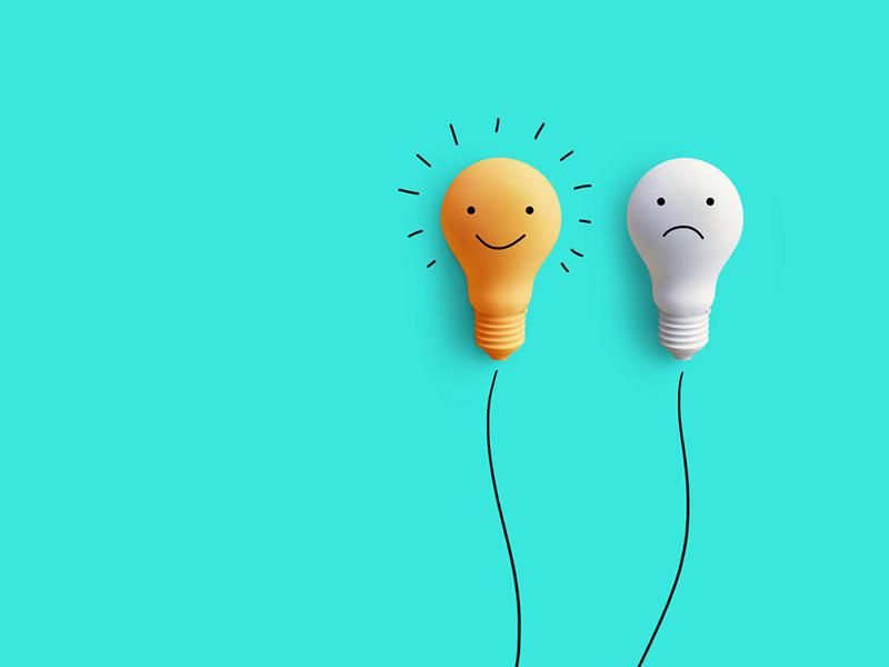 Deux ampoules lumineuses, l'une sourit et l'autre a l'air perplexe.